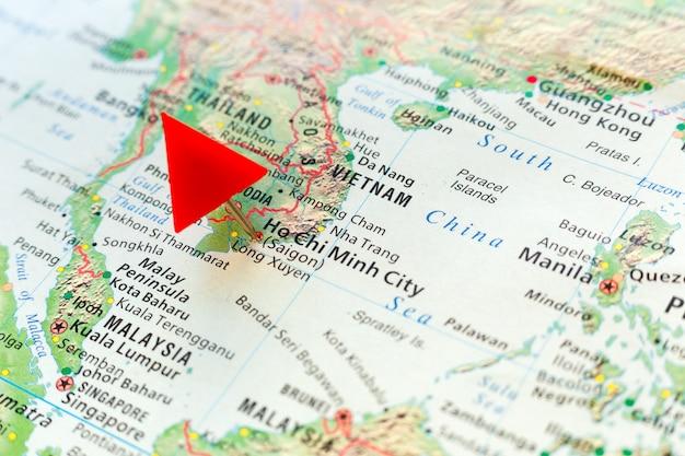 Mappa del mondo con perno sulla capitale del vietnam