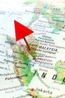Mappa del mondo con perno sulla capitale della malesia - kuala lumpur.