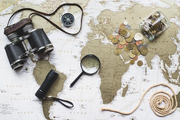Mappa del mondo di fondo con articoli da viaggio