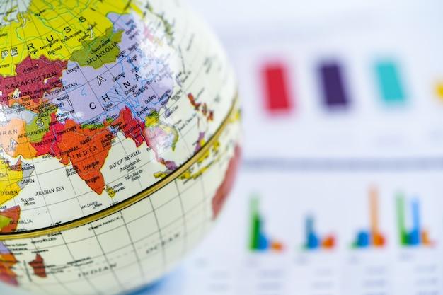 Mappa del mondo globo e euro banconota degli stati uniti soldi