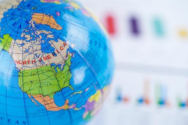 Mappa del mondo globo su carta millimetrata grafico. finanza, conto, statistica, investimento.