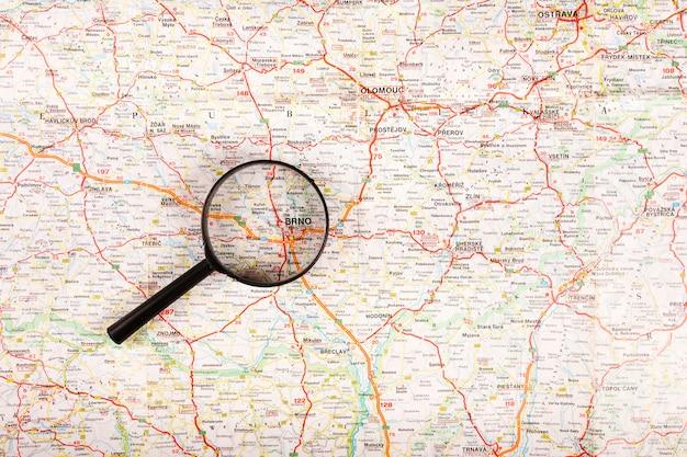 Mappa della città di brno visto attraverso la lente di ingrandimento