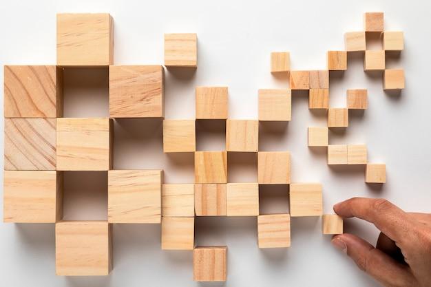 Mappa di cubi di legno degli stati uniti con la mano