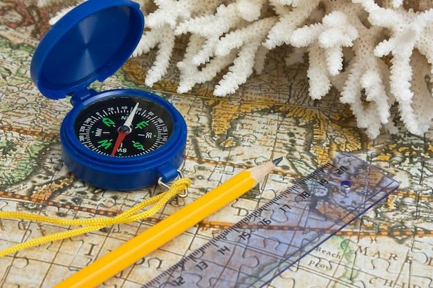 Mappa e corallo, natura morta