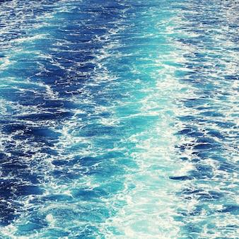 Mar mediterraneo .acqua blu scuro chiara.
