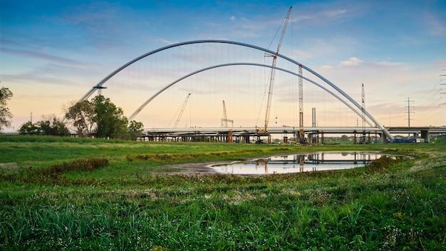 Maragret mcdermott bridge in costruzione durante il tramonto