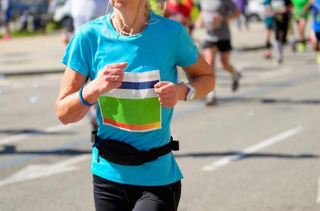 Maratona di corsa, corridore donna su strada