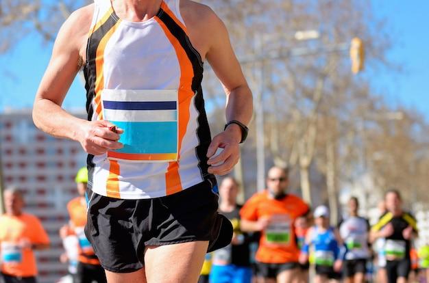 Maratona di corsa, corridori su strada, sport, fitness e concetto di stile di vita sano