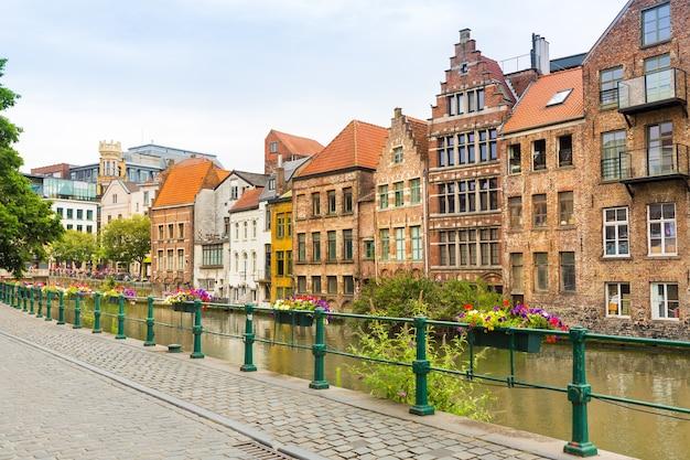 Marciapiede sul fiume nella vecchia città turistica