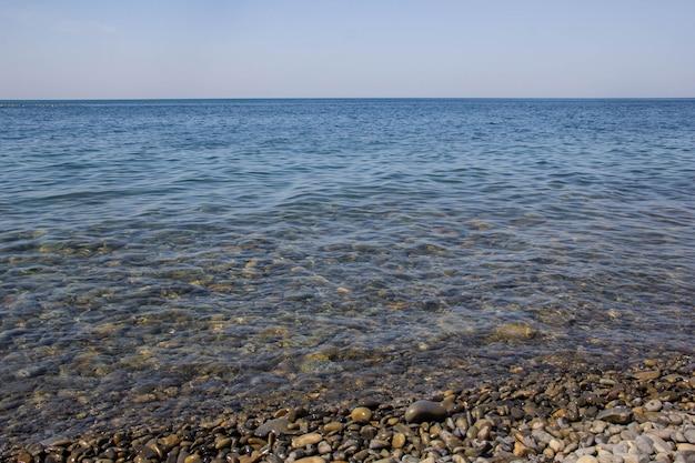Mare blu calmo onde morbide superficie oceano e blu cielo