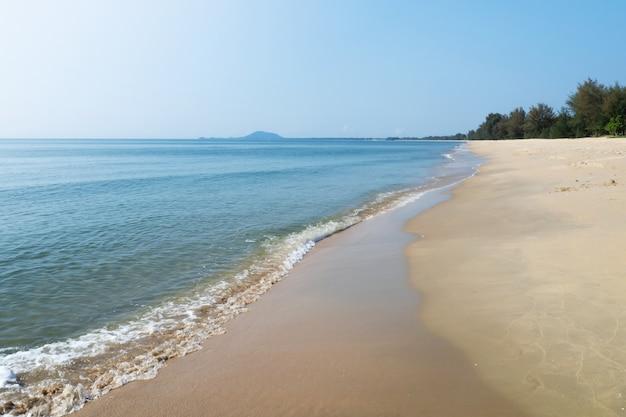 Mare blu con spiaggia di sabbia in una giornata di sole. destinazione per le vacanze estive. vista naturale
