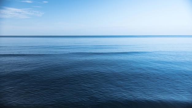 Mare blu di drak, vasto e profondo oceano blu