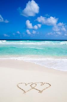 Mare con cuori scritti nella sabbia
