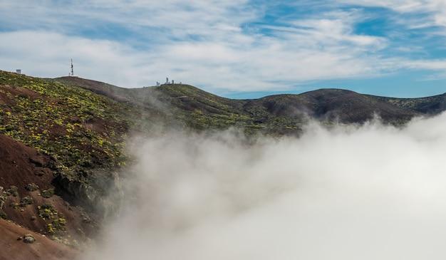 Mare di nuvole che emerge tra le colline