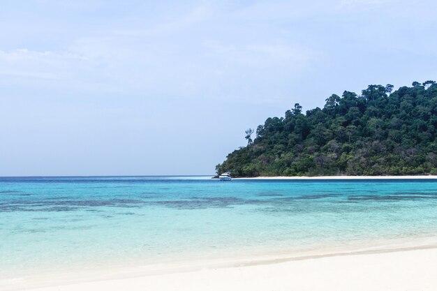 Mare e cielo blu a koh rok, isola di lanta, krabi, tailandia