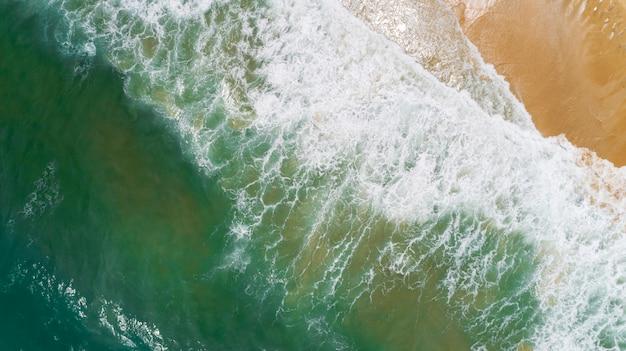Mare tropicale con l'onda che si schianta sul colpo del fuco di vista aerea della spiaggia