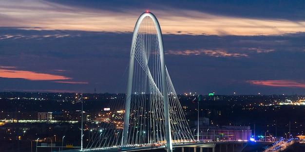 Margaret hunt hill bridge al crepuscolo, victory park, dallas, il texas, usa