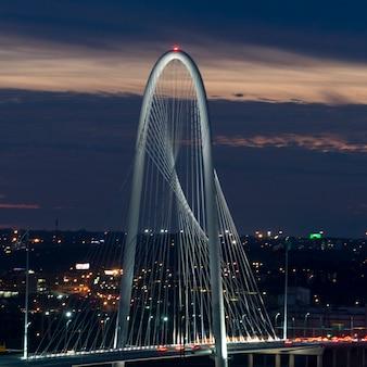 Margaret hunt hill bridge alla notte, dallas, il texas, usa
