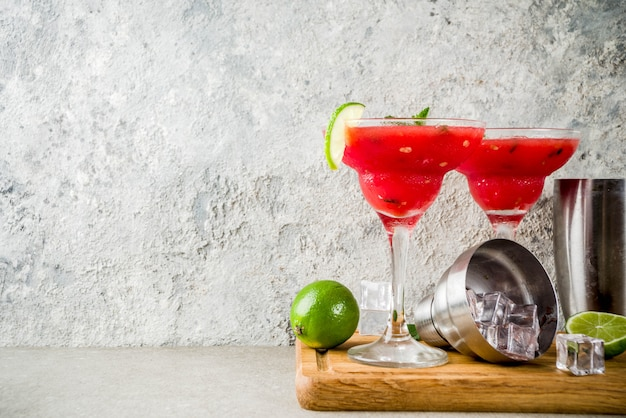 Margarita cocktail di anguria con lime e anguria a fette