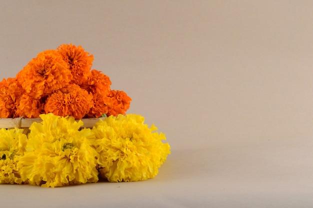 Marigold (zendu flowers) fiori in un cesto di bambù