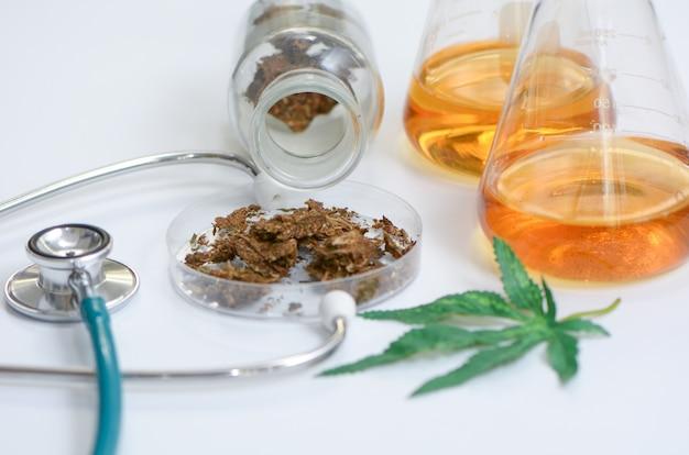 Marijuana, cannabis con tablet pillole e stetoscopio.