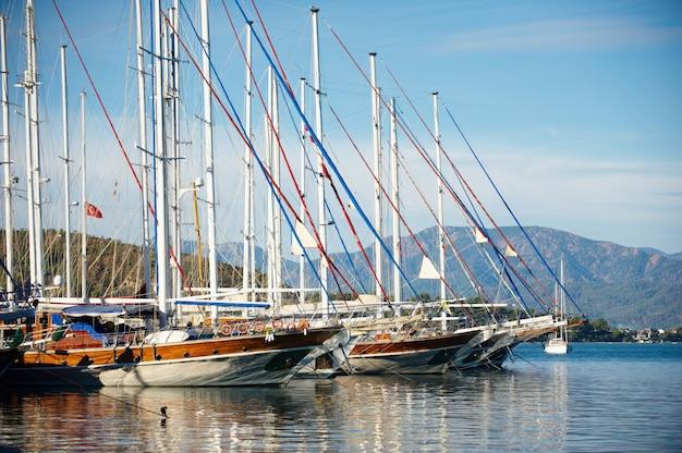 Marina al giorno d'estate con yacht ormeggiati