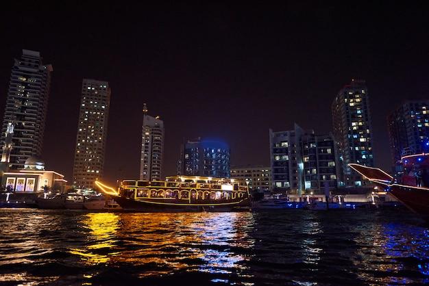 Marina di dubai di notte