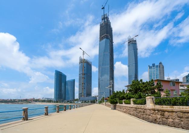 Marina square e orizzonte moderno della città a qingdao, cina