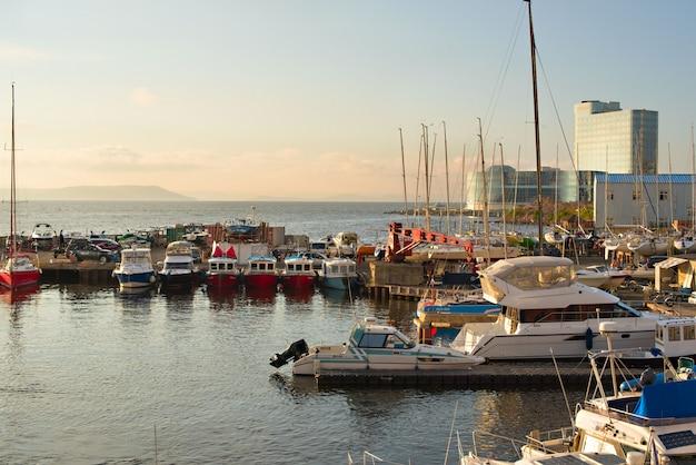 Marine park per le barche sulla riva del mare del giappone.