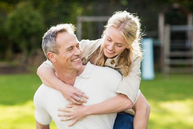 Marito dando il ritorno a moglie in giardino