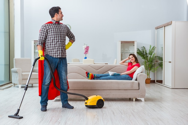 Marito del supereroe che aiuta sua moglie a casa