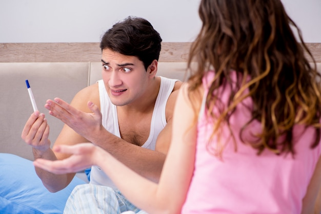 Marito dell'uomo arrabbiato per i risultati del test di gravidanza