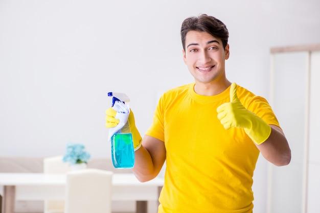 Marito dell'uomo che pulisce la casa aiutando sua moglie