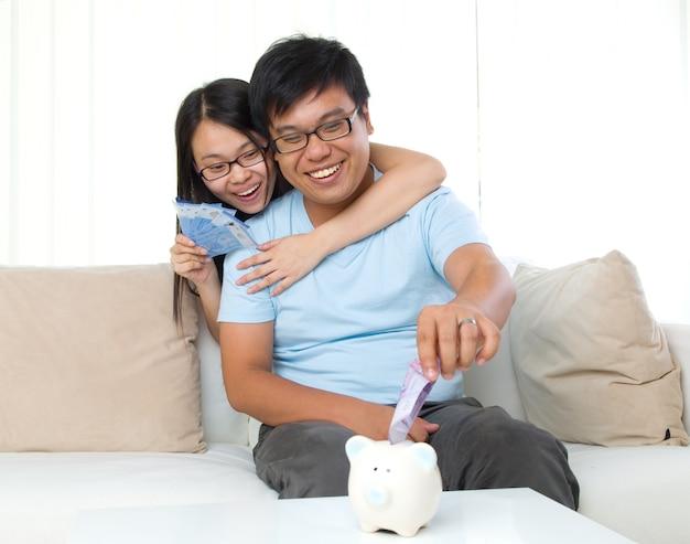 Marito e moglie con il concetto di finanza familiare