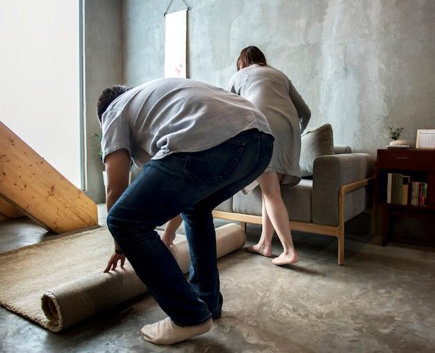 Marito e moglie stanno aiutando insieme a pulire