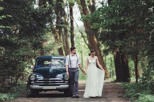 Marito e moglie vicino alla macchina