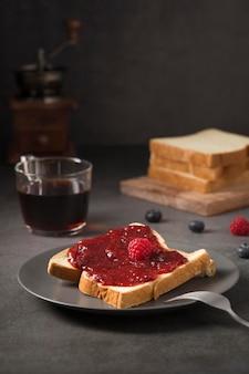 Marmellata deliziosa fatta in casa di frutta della foresta su pane