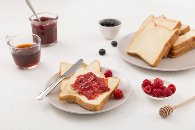 Marmellata deliziosa fatta in casa sul pane di alta vista