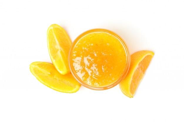 Marmellata di arance deliziosa isolata su fondo bianco