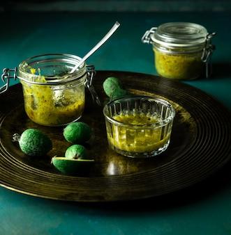Marmellata di feijoa fatta in casa e frutta fresca sul piatto da portata