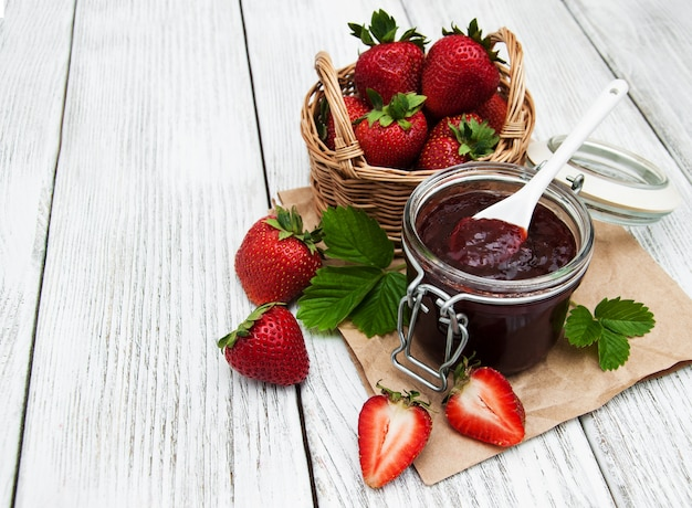 Marmellata di fragole e fragole fresche