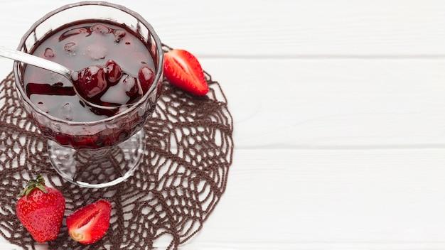 Marmellata di fragole in vetro
