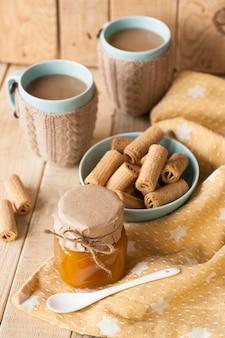 Marmellata di mele, biscotti e caffè con latte per la colazione