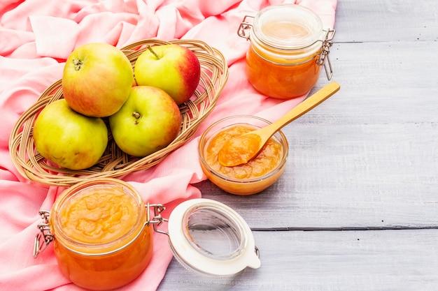 Marmellata di mele, confettura, chutney in un barattolo di vetro