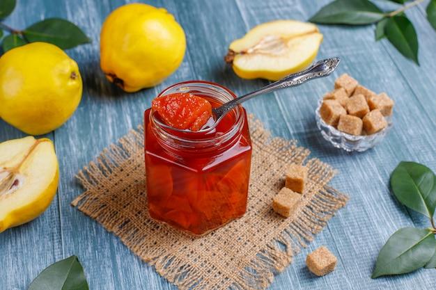 Marmellata di mele cotogne fatta in casa deliziosa e sana in vetro, vista dall'alto