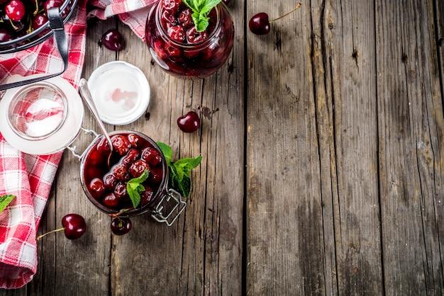Marmellata estiva di ciliegia e menta fatta in casa