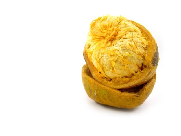 Marmelos di aegle, frutta di bael isolata su fondo bianco