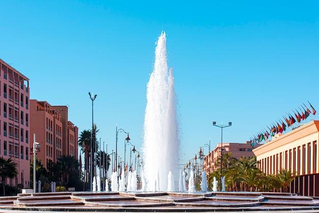 Marrakech o marrakech, strada moderna, parte della città con alta fontana, marocco
