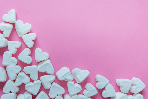Marshmallow a forma di cuore su sfondo rosa