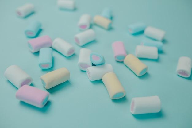 Marshmallow colorato. molte caramelle sul tavolo.